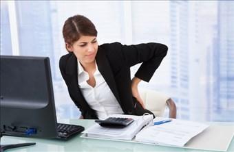 デスクワークが多い人は腰痛になりやすいと言われています。