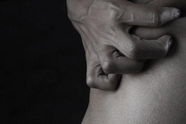 肩の痛みがひどい男性